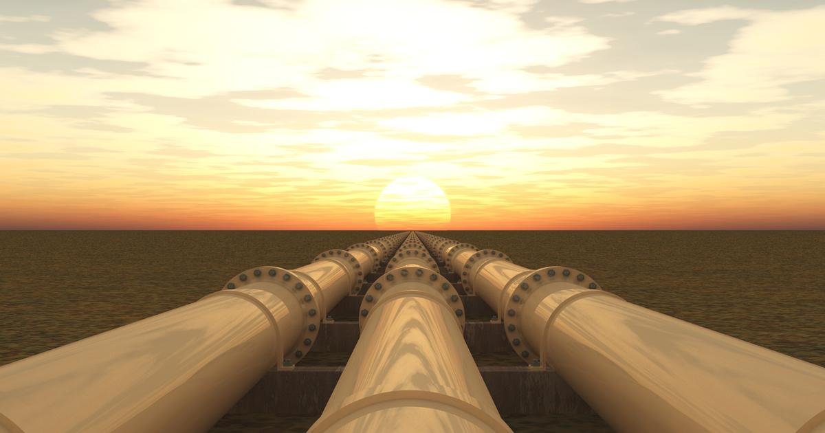 Gas-Pipeline bei Sonnenuntergang
